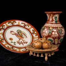 Collection de sculptures ukrainiennes sur bois, incluant une assiette et un vase.