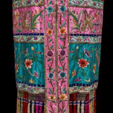 Une canopée chinoise de défilé, confectionnée dans un flamboyant tissu rouge et or.