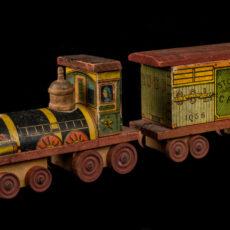 Une photo du petit train de bois composé d'une locomotive et d'un wagon à bestiaux.