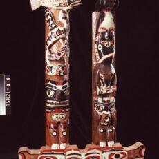 Des modèles de poteaux de maison Mowachaht-Muchalaht en bois sculptés.