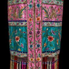 Une canopée chinoise de défilé, confectionnée dans un flamboyant tissu.