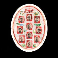 Dix photos en noir et blanc d'hommes et de femmes, placées dans un cadre de forme ovale décoré de petites fleurs brodées.